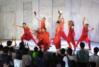 空手や琉舞の要素を取り入れた「TEE!TEE!TEE!」の名護公演の様子=2014年8月、名護市21世紀の森公園の特設テント