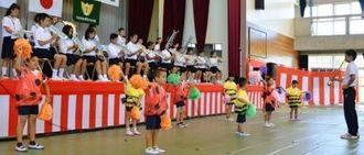 子どもたちの演奏とダンスで幕開けした創立120周年記念祝賀会=津堅小中学校