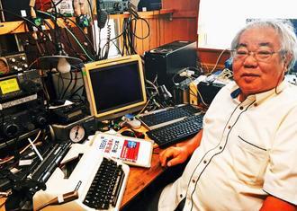 自宅の「無線部屋」で資格の勉強や仲間との無線を楽しむ外間哲雄さん=うるま市具志川