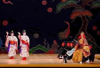 組踊「二童敵討」を演じる実演家ら=9日、東京都千代田区・国立劇場(提供)