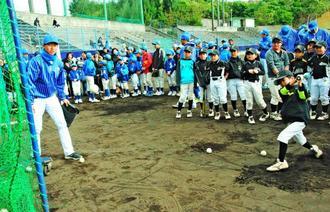 横浜DeNAベイスターズの選手からバッティングの指導を受ける子どもたち=嘉手納町野球場