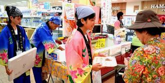 アイスの試食を買い物客に勧める伊平屋中学校の生徒たち=那覇市おもろまちのコープあっぷるタウン