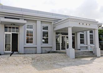 建物が完成した与那原駅舎=14日、与那原町与那原
