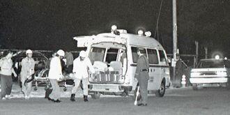 暴力団に撃たれ病院に運ばれる警察官=1990年11月23日、沖縄市胡屋