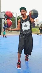 フリースタイルバスケットボールのテクニックを披露するJJこと仲宗根潤治=那覇市おもろまちの新都心公園