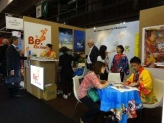 沖縄の情報を求めて多くの来場者があった沖縄コンベンションビューローのブース=パリ