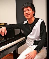 「音楽に触れやすい沖縄の環境で育ったことも今に影響している」と話す稲福高廣さん=都内の音楽スタジオ「NOAH」
