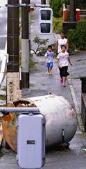 台風24号の暴風で飛ばされた貯水タンク=29日午後、宜野湾市(共同)