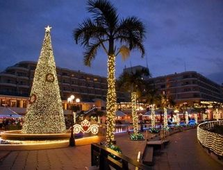 かりゆしミリオンファンタジーの点灯式でライトアップされたホテル=31日、恩納村・沖縄かりゆしビーチリゾート・オーシャンスパ