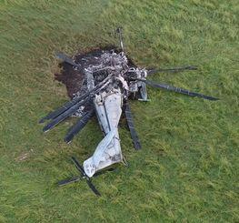 牧草地で炎上し、大破した大型輸送ヘリCH53E=12日午前、東村高江(小型無人機から)