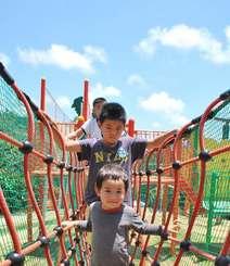 晴天の下、公園で遊ぶ子どもたち=4日、那覇市・奥武山公園