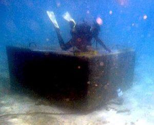 トンブロックの周りを調査する潜水士=31日午前11時48分、名護市辺野古沖(いずれも金城健太撮影)