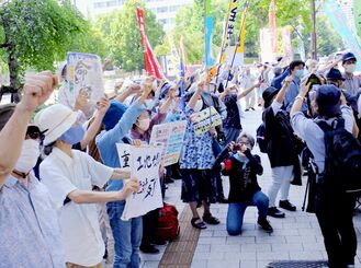 土地規制法案に反対の声を上げる参加者ら=15日、国会前