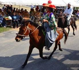 花笠や衣装で着飾った女性が馬で駆ける「花馬」も登場した種子取祭=石垣市平得
