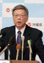 記者会見で質問に答える翁長雄志知事=20日午前、県庁