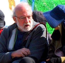 座り込む市民と言葉を交わすドキュメンタリー映画監督のジャン・ユンカーマンさん(中央)=4日、名護市辺野古の米軍キャンプ・シュワブゲート前