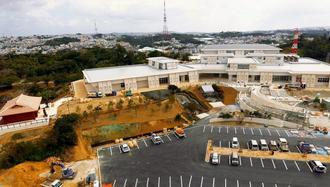3月4日の開館に向け、周辺の工事が進む沖縄空手会館=17日、豊見城市豊見城(小型無人機から)