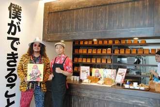 「僕ができること。」をプロデュースした岸本拓也氏(左)と瑞慶覽長耶店長=14日、那覇市首里当蔵町