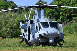 津堅島の畑に不時着した米軍の普天間基地所属のUH1ヘリ=3日9時40分、うるま市(下地広也撮影)