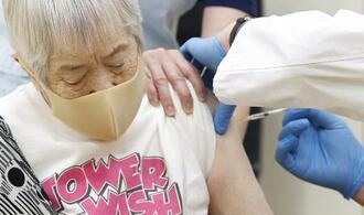 新型コロナウイルスワクチンの接種を受ける高齢者