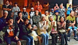 試合が終わり、江藤選手の健闘に拍手を送る人たち=28日、本部町営市場