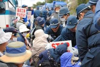 警察官に強制排除される座り込みの市民ら=11日午前9時ごろ、名護市辺野古の米軍キャンプ・シュワブゲート前