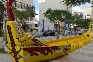 爬龍船のモニュメント。ベンチはたくさんあるが、座ってひと休みする観光客の姿は見れなかった=8月26日午後6時ごろ、那覇市安里のさいおんスクエア