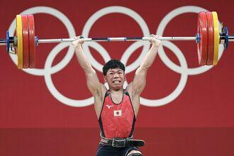 男子61キロ級 ジャークで159キロに成功した糸数陽一=東京国際フォーラム(共同)