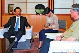 交流を深めることを確認した宋克寧主任(左)と翁長雄志知事=2日、県庁