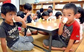 牛乳と加工乳の飲み比べをする子どもたち=16日、うらそえぐすく児童センター