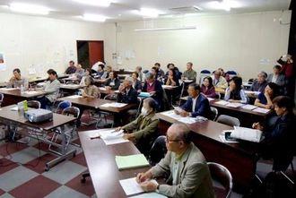 小禄憲法基礎講座で、講師の高良沙哉さんの話に熱心に聞き入る人たち。市外から参加する人もいる=11月、那覇市小禄