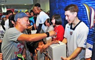 試合後、熊本地震の被災者支援募金を呼び掛けるキングスの山内盛久(右)ら