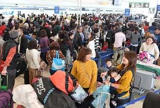 沖縄から各地へ出発する旅行客で混雑する那覇空港ロビー=3日午前11時