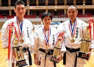 団体形で優勝した沖縄電力Bの(右から)宮里剛、名渡山秀子、又吉三男