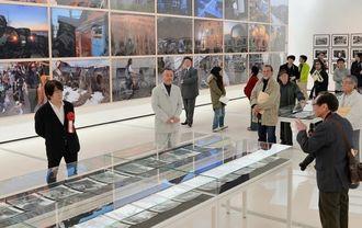 内覧会で参加者の質問に答える森山大道さん(左)=23日午前、那覇市おもろまちの県立博物館・美術館