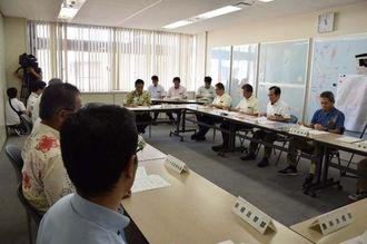台風16号の被害状況を確認する沖縄県職員たち=20日午前11時ごろ、県庁
