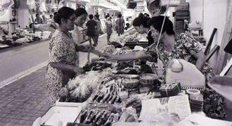 (写図説明)火災焼失後、新しくオープンした第一牧志公設市場内=1972年10月3日