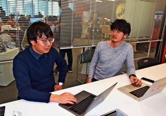 県知事選での取材を振り返るバズフィードジャパンの(右から)古田大輔編集長、籏智広太記者=4日、東京都内