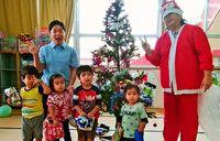 サンタの贈り物 粟国の子ら喜ぶ/慈善団体から届く