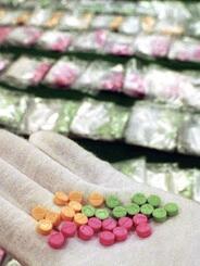 成田空港で押収された合成麻薬MDMA=2000年3月