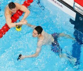 男子200メートル個人メドレー準決勝のレースを終えた萩野公介(右)。決勝進出を決めた=東京アクアティクスセンター