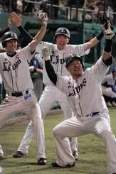 3点本塁打を放ち、どすこいポーズで大歓声に応える西武の山川穂高(右)=21日、沖縄セルラースタジアム那覇(下地広也撮影)