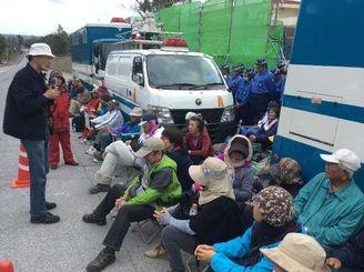 ゲート内への工事車両進入を監視する市民ら=12日午前10時、名護市辺野古・キャンプ・シュワブゲート前