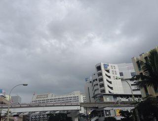 沖縄地方は気圧の谷や前線の影響で曇っている