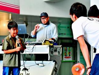 年の離れた相手にラップバトルを挑む伊良皆光稀君(左)=7日午後、沖縄市・ミュージックタウン音市場