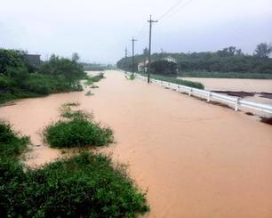 記録的な大雨で増水した河川=5日午後0時56分、宮古島市城辺比嘉