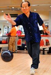 99歳の現役ボウラーとして数々の大会に出場している前原信光さん=20日、北谷町桑江・北谷ボウル(松田興平撮影)