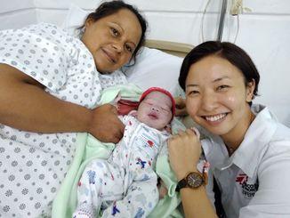 助産師として赤ちゃんを取り上げた國吉悠貴さん(右端)(国境なき医師団提供)