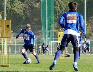 キャンプで練習する横浜FCの三浦(左)=和歌山県内((C)YOKOHAMA FC)