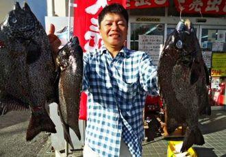 沖縄本島北部の磯で45センチ、1・62キロのガラサーミーバイを釣った石物つわぶき会の金城善彦さん=12月24日